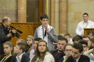 Kardalus Áron, a csíkszeredai Nagy Imre Általános Iskola tanulója kérdést tesz fel az ötödik Gyermek- és Ifjúsági Országgyűlésen a Parlament Felsőházi termében 2015. október 14-én. A rendezvényen Magyarországi településekről és a határon túlról 300 gyermek vett részt. MTI Fotó: Soós Lajos
